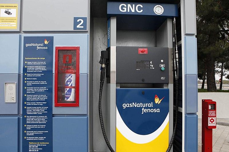 Surtidor de gas natural comprimido en una de las gasolineras gnc de España
